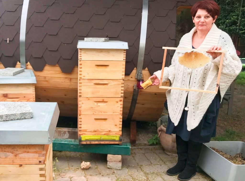 Foto Bio brigitte katona mit Bienenwabe in Lockenhaus