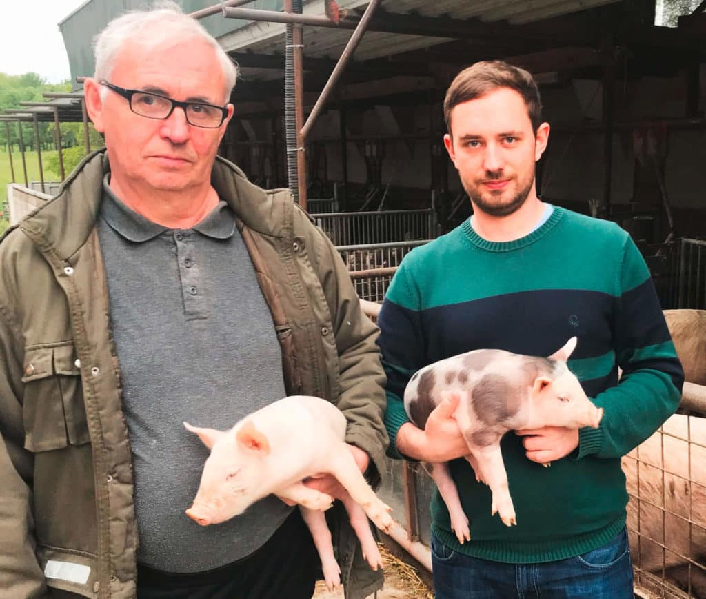 foto Bio Johann und Paul Schlögl mit Bio-Ferkel in Draßmarkt